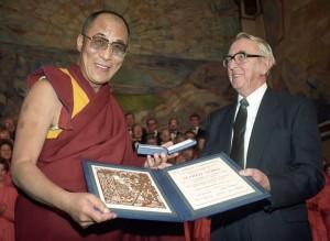 Oslo 198912: NOBELS FREDSPRIS 1989 TIL DALAI LAMA. Nobelprisutdelingen i Oslo RÂdhus. Bildet: Dalai Lama mottar  Nobelmedaljongen og diplomet fra Nobelkomiteens formann, Egil Aarvik.  FOTO: Eystein Hanssen